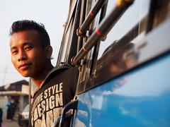 Kohima - Debourding the bus (sharko333) Tags: voyage street travel man asia asien olympus asie passenger indien reise kohima nagaland em1