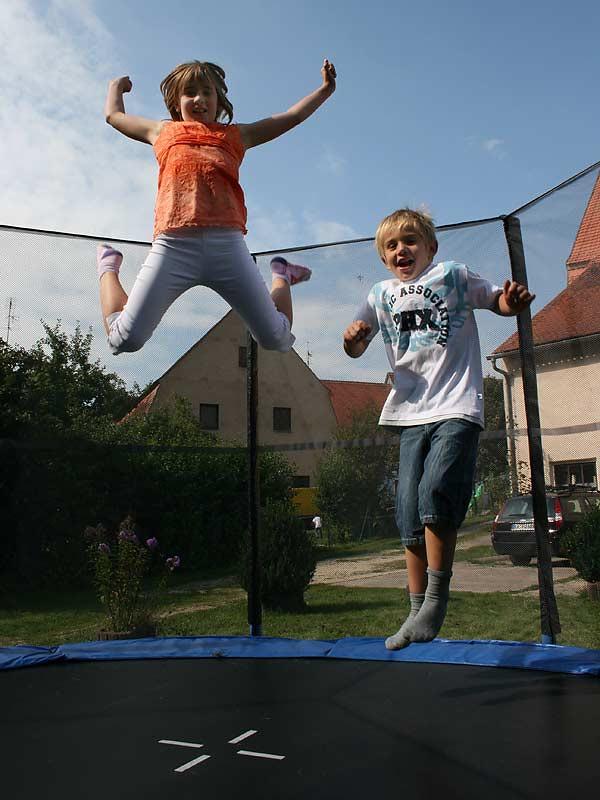 Ferienwohnungen Selz - Kinder auf dem Trampolin