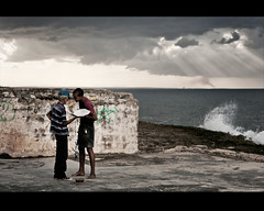 Secretos de un papalote (Rey Cuba) Tags: city blue sunset sea sky people costa color colors architecture clouds buildings island atardecer luces mar arquitectura edificios nikon havana cuba ciudad colores personas sueos shore cielo nubes dreams rey caribbean walls cuban habana isla sombras paredes cubans caribe lahabana cubanos papalote cometas cubanas papaloteros ciudadhabana d300s lugareshabana nikond300s costacubana reycuba cubanshore
