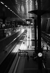 Berlin Hauptbahnhof (monochrome01) Tags: berlin bahnhof hauptbahnhof verkehr uhr schiene rolltreppe publikum bagnsteig