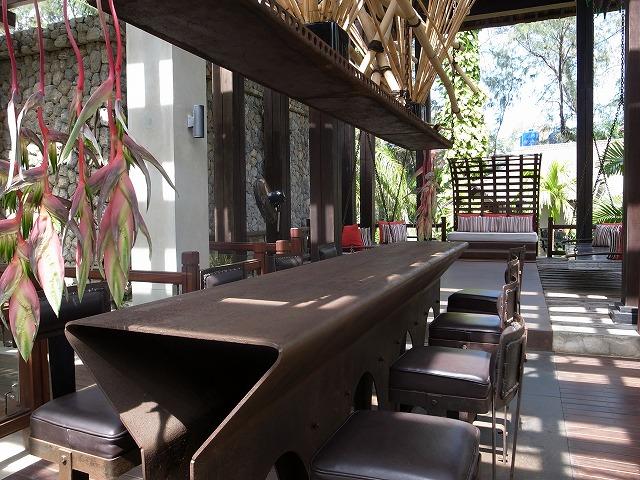 <p>鉄製のテーブルと、鉄とレザーで作られた椅子</p>
