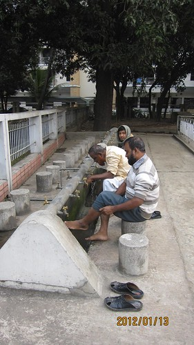 Washing the hands and feet before praying in the mosque