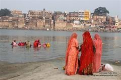 Mujeres junto al Ganges (Sociedad Geográfica de las Indias) Tags: travel viaje woman india asia varanasi saree sari ganga ganges ghats benarés sociedadgeográficadelasindias