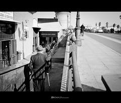 El hombre con el traje de rayas (Jordan | Photo) Tags: street blackandwhite bw espaa blanco calle sevilla spain nikon negro streetphotography seville jordan gentleman caballero d7000