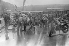 Harald Sturm beim Reifenwechsel (planetvielfalt) Tags: weltmeisterschaft sixdays enduro cssr malafatra exa1a povazskabystrica motorradgeländesport vomnegativ