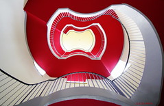 Praline (sediama (break)) Tags: light red white rot architecture stairs germany deutschland licht hessen pentax sigma treppe staircase architektur handrail 1020mm trap kassel escaliers treppenhaus gelnder weis k20d sediama bpen4082
