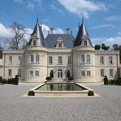 La façade de la cour d'honneur du Château de Lussac