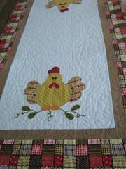 Trilho de mesa (Zion Artes por Silvana Dias) Tags: chicken galinha quilt patchwork cozinha aplicação passadeira patchcolagem caminhodemesa trilhodemesa patchapliqué zionartes