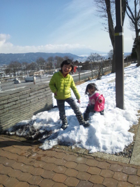 雪に喜ぶ子供たち。の写真