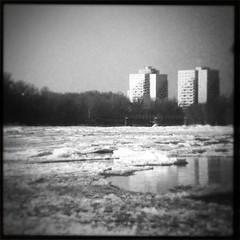 Bizarre Eis- und Schneelandschaft - im Hintergrund die Hochhäuse auf dem Werder