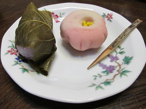 Pâtisseries à la farine de riz et sakura, vers Nagoya, Japon