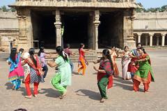 La beaut de la danse (Chemose) Tags: india beauty architecture canon temple eos dance january danse beaut 7d thanjavur hindu hinduism janvier tamilnadu troop danser inde southindia troupe tanjore hindouisme danseur danseuse hindou indedusud