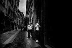 ...SmartPause... (7H3M4R713N) Tags: street city people blackandwhite bw france lyon 10 streetphotography wideangle fujifilm oldtown personne xt1 streetphotographie 1024mm