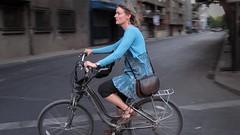 Ciclismo urbano (bilobicles bag) Tags: chile santiago calle mujer bicicleta ciclismo urbano barrio lasta