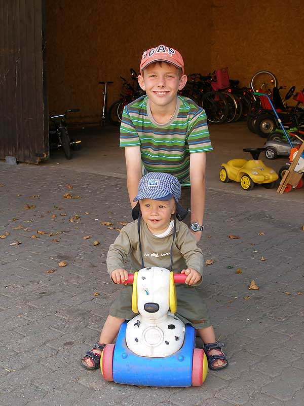 Kastanienhof Selz - Kinder mit Bobby Car