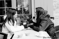 A saveur d'amiti (Sous l'Oeil de Sylvie) Tags: winter friends portrait blackandwhite caf table outside restaurant december julie friendship noiretblanc hiver femme qubec session extrieur vronique vieuxqubec petitchamplain amies dcembre dehors k7 jeunefemme amitis 50mmpentax sousloeildesylvie attabl