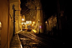 Carri, tranvia - #Lisbon (@potti) Tags: light costa portugal night train raw lisboa lisbon viatge fav carri groc llum vespre tranvia previ