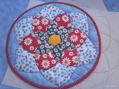 placemat mandala patchwork (Carla Cordeiro) Tags: mandala placemat lápis patchwork margarida curva técnica hexágono viés sousplat amareloazulvermelho costuraemcurva carlacordeiro