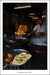 Delhi, India / , 2011 (Pedro Carrilho) Tags: india bread delhi indi nan newdelhi inde southasia olddelhi subcontinent paratha  ndia chappati shahjahanabad  dli indiansubcontinent novadli tourisminindia suldasia pedrocarrilho