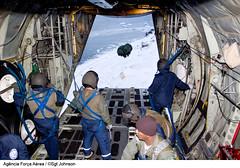 Lanamento de carga (Fora Area Brasileira - Pgina Oficial) Tags: gelo gente neve antartica antartida frio aq c130 cabine carga antrtica lockheedc130hercules eacf continenteantartico 11gt tripulacao 1gt1 lanamentodecarga