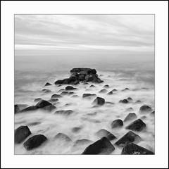 Entre mar y rocas (La ventana de Alvaro) Tags: mar blackwhite bn rocas afiiae