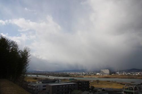 雪雲を裂く景色