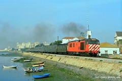 CP 1803 EE - Faro, 1989 (Clube de Entusiastas do Caminho de Ferro) Tags: railroad portugal train faro eisenbahn rail railway algarve cp ee locomotiva englishelectric caminhodeferro linhadoalgarve ilustrarportugal cp1800 comboiosportugal