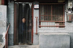 waiting (Ruikexi) Tags: people sony watch beijing hutong oldpeople qianmen sonnartfe1855 a7r2