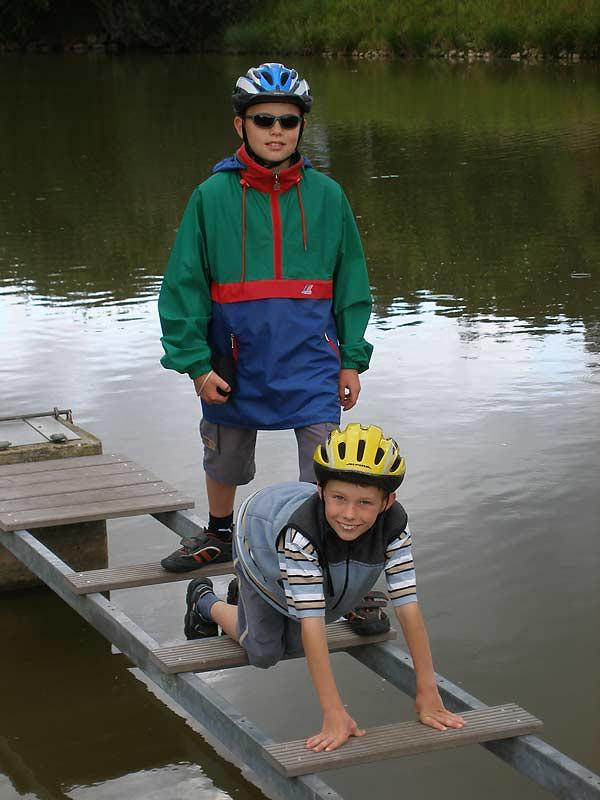 Kastanienhof Selz - Kinder auf einer Brücke