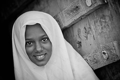 portrait of a beautiful little girl with in head the chador in the town of Seiyun, Hadramawt, Yemen (anthony pappone photography) Tags: portrait girl blackwhite child hijab yemen ritratto bambina hadramaut chador hadramawt childrentravel seiyun portraitsofchildren wadidoan shebam almukallah mygearandme