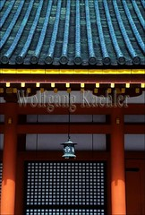 30016584 (wolfgangkaehler) Tags: temple shrine shinto lantern lamps lamp kyotojapan kyoto japan columns column architecture architecturaldetail asia asian religion japanese japanesearchitecture asianarchitecture roof roofdesign shintoshrine heianshrine