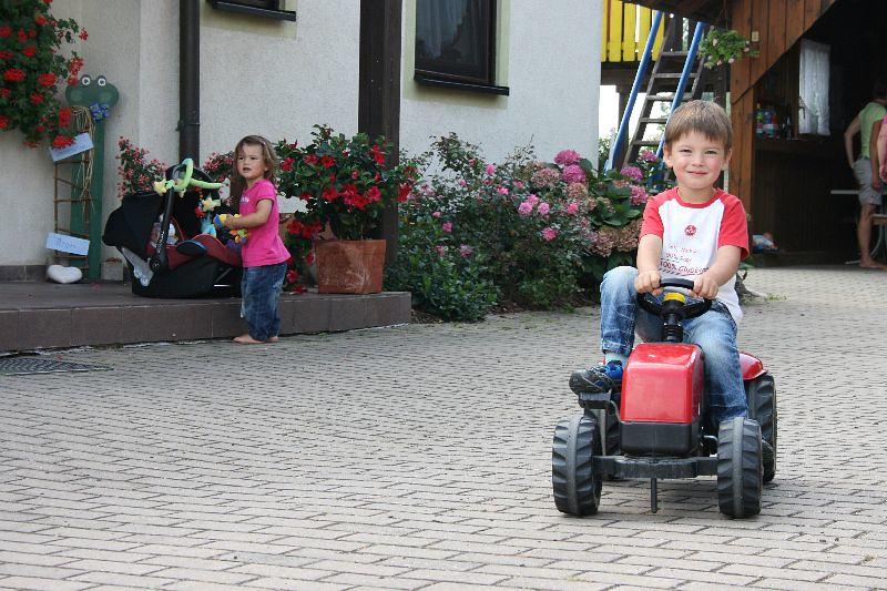 Kinder beim spielen in unserem Hof