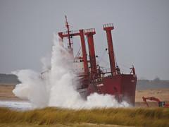 tk bremen (camaroem56) Tags: mer bretagne armor bateau vagues pave