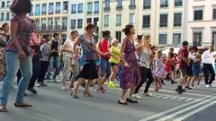 street dance (omnia_mutantur) Tags: street people france calle dance strada dancers gente lyon lione frana rua rue dana francia gens ballo ballerini bailo danarinos rhnealpes danceurs bailarinos
