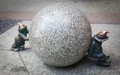 Wroclaw dwarfs (KronaPhoto) Tags: polen samsung wrocaw wojewdztwodolnolskie poland wroclaw dwarf dverg small cute metal figur metall bronze street gatefoto bullet kule stone push kortvokst maskot mascot symbol
