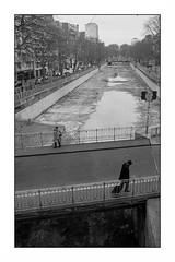 Canal Saint Martin (Punkrocker*) Tags: street leica ltm city people paris france film 35mm kodak trix nb 400 canalsaintmartin summaron screwmount leitz 3535 iiif bwfp