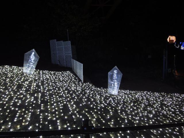 さがみ湖イルミリオン光の大聖堂前のクリスタルなイルミネーションの写真
