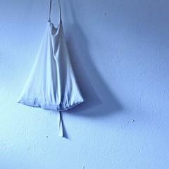 minimaler durchhänger (bleibt für dich) Tags: blue light square licht still blauw silent angle blau schaduw schatten augenblick stille stilte blickwinkel betrachtung ansichtssache kwadratisch nichtmitdemklammerbeutelgepudert dehoorbarestilte