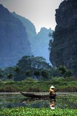 Tam Coc (Rubinho1) Tags: ro canon river landscape eos boat barca paisaje vietnam tamron tam nam binh coc quan riu paisatge hoalu ninh ninhbinh cnh vitnam tamcoc ngi lm sng vn vit cc abigfave rubinho1 tamcc platinumheartaward 1000d rubenfernndez canoneos1000d cnhquan ngilmvn