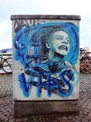 C215 - Crazy guy in front of crazy arena - Berlin 2012 (Antonia Schulz) Tags: street city urban streetart man berlin guy art face germany deutschland graffiti crazy stencil gesicht paint arte kunst strasse cit arena urbanart sidewalk stadt promenade urbana ufer rue farbe figur 2012 urbain pochoir schablone stromkasten strase berlinstreetart c215 ffentlicherraum
