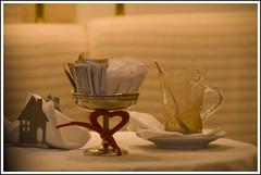 fuori fa freddo . . (manuz73) Tags: nikon inverno rosso tavolo 18200 vetro pasticceria tazza zucchero cucchiaio cioccolata argento casetta nastro piattino d80
