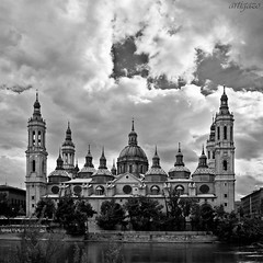 Remembering old times... (XIII) - Touched by light (Artigazo ) Tags: bw espaa rio canon river interestingness spain espanha europa europe cathedral d dom fiume kathedrale catedral eu rivire bn zaragoza explore cathdrale aragon fluss minster espagne europeanunion mnster spanien spagna saragossa ue kathedraal fleuve cattedrale baslica virado  rivier  riacho aragn elpilar unineuropea explored eos450d basilicadelpilar reinodearagn basilicaofourladyofthepillar touchedbylight coronadearagn kingdomofaragon interesantsimo rememberingoldtimes artigazo