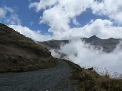 La montagne joue avec les nuages (ManuB.) Tags: mountain southamerica america montagne trekking walking colombia route nuages caldas randonne suramerica amrique colombie amriquedusud parquenacionalnaturallosnevados