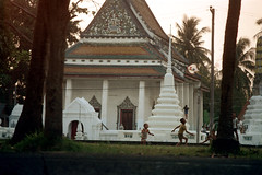 19-186 (ndpa / s. lundeen, archivist) Tags: people color building film water kids 35mm buildings children thailand temple canal shrine bangkok buddhist nick canals thai watersedge 1970s 1972 19 1973 klong dewolf khlong klongs nickdewolf photographbynickdewolf khlongs reel19