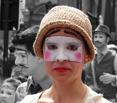 Zinneke Parade - 8 - La Strada (_ Adle _) Tags: portrait femme bruxelles yeux chapeau rue maquillage visage regard streetshot 2016 lastrada zinnekeparade dsaturationpartielle zinnode permutants