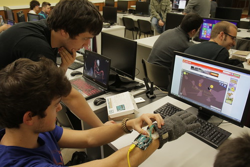 Alumnes porvant aplicacions d'Arduino
