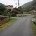 バス停「宮野温泉」→紅花舎 007 到着!左奥の建物です。いよいよワークショップがはじまります!車でお越しの方は、右側に駐車場があります。