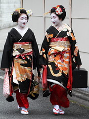 Chattering (Teruhide Tomori) Tags: japan lady kyoto traditional maiko 京都 日本 kimono 舞妓 kamishichiken 花街 上七軒 kagai ichimomo 市桃 ichitomo 市知