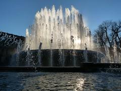 Controluce zampillante (La minina) Tags: water fountain backlight drops milano acqua fontana castello controluce gocce piazzacairoli zampilli mialn