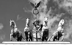 Cuadriga ornamental en la Puerta de Brandeburgo, Berln (Alejandro Crdaba Rubio) Tags: bw byn blancoynegro canon monumento alemania estatua quadriga sigma18200mm cuadriga 450d canoneos450d puertadebrandeburgo diosavictoria berlin